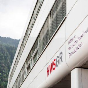 Die Fassade mit Logo der HWSGR Chur
